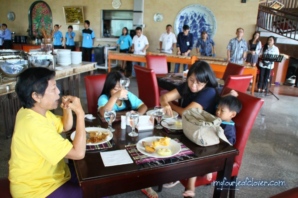Sarapan di restoran Seruni Gunung Gede diiringi permainan kulintang