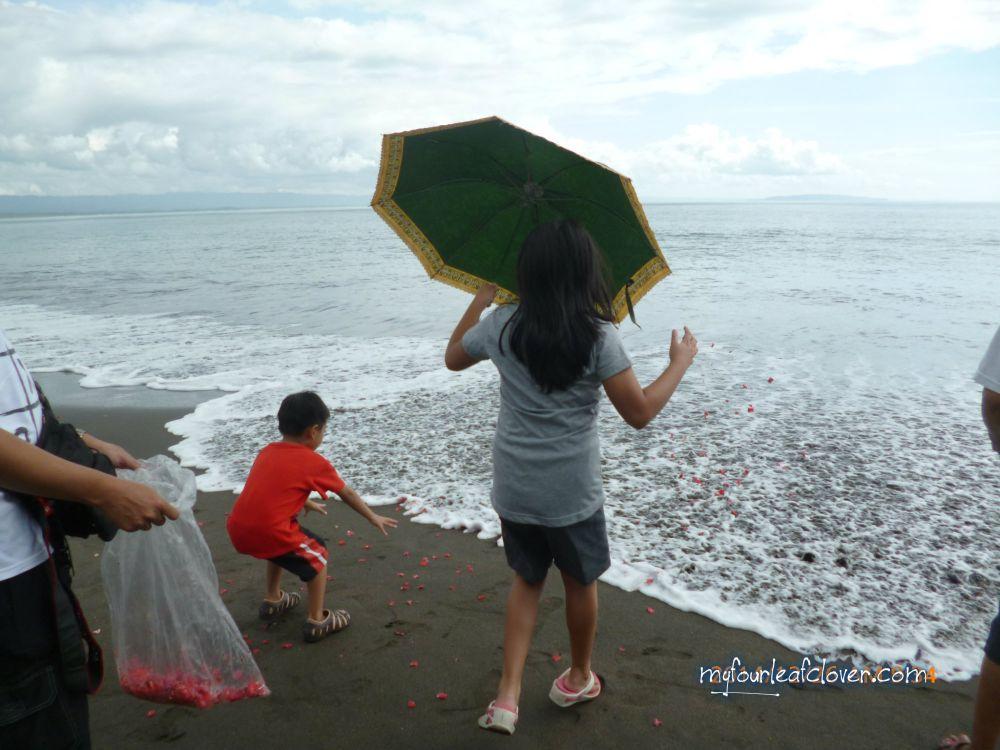 Menabur bunga di laut