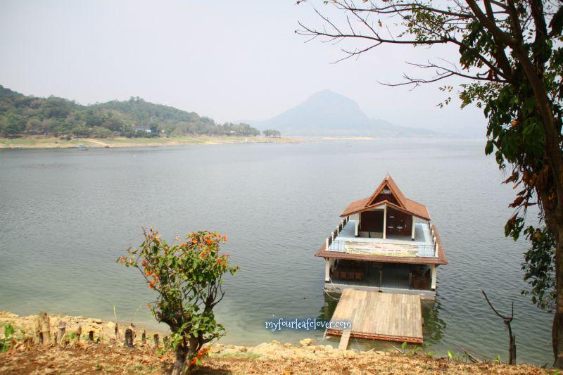 Floating Resto Jatiluhur. Dari daratan yang ada di sebelah kiri (ada Jatiluhur Water Word di situ), kita bisa naik perahu menuju Floating Resto ini.