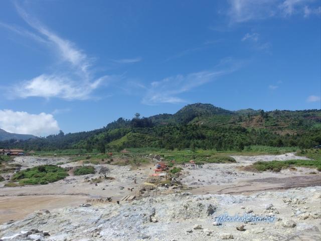 Pemandangan dari kawah Sikidang. Lumayan jauh juga jalannya dari tempat parkir.