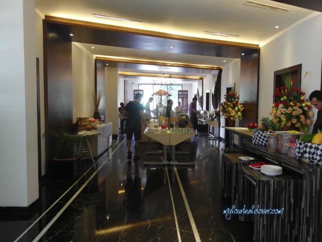 Makanan disajikan di hall way, sedangkan meja dan kursi untuk makan ada di ruangan sebelah kanannya.