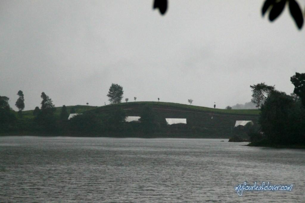 Dari jauh kelihatan seperti hamparan kebun teh di atas jembatan. Setelah di zoom pakai kamera, ternyata putih-putihnya itu terpal yang menutupi gubuk-gubuk...wkwkwk